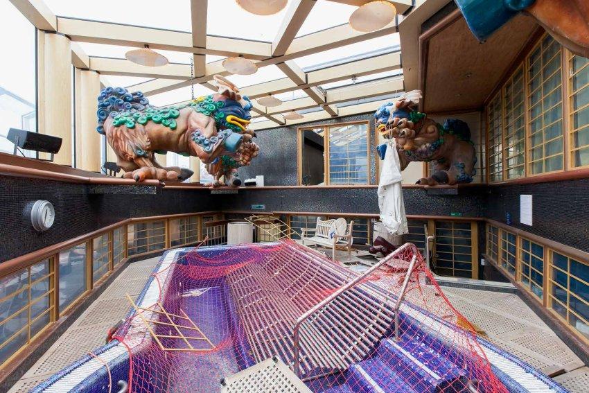 """Fotograf Jonathan Danko Kielkowski ist letztes Jahr nach Genua gereist, um das Innere der """"Costa Concordia"""" zu dokumentieren. Ein Großteil der zugänglichen Bereiche des Schiffes konnte er dokumentieren. Die Aufräumarbeiten im Inneren des Schiffs hatten zu diesem Zeitpunkt gerade erst begonnen."""